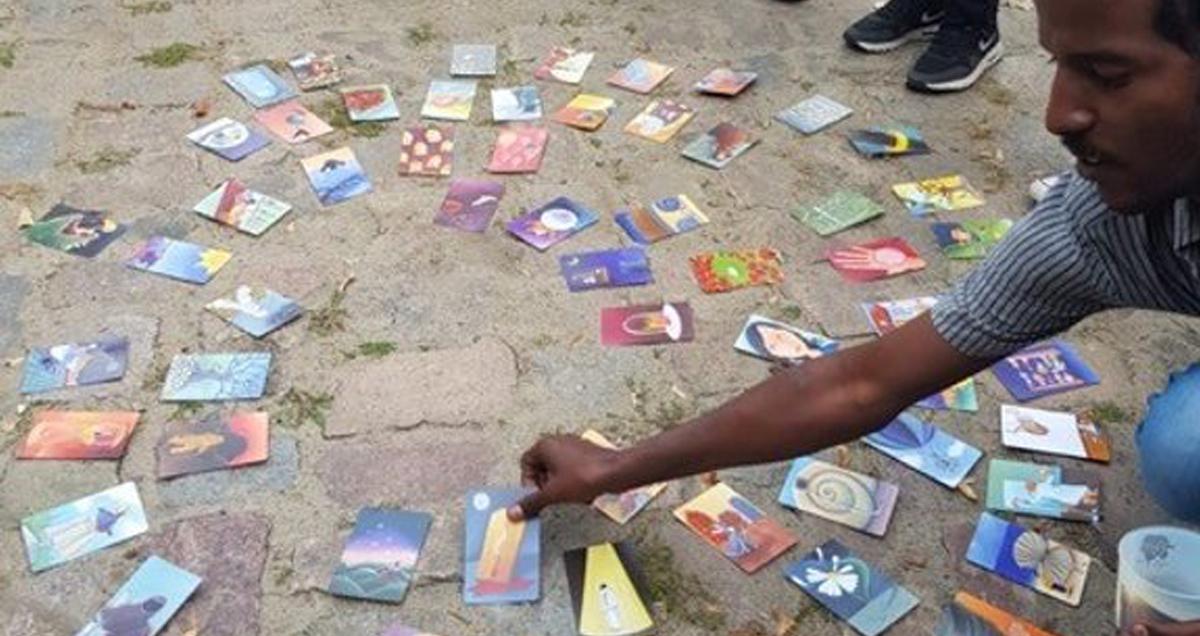 Foto: Teilnehmer wählt eine von mehreren bebilderten Karten aus