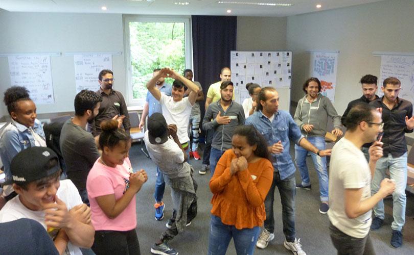 Foto: Die Teilnehmenden nähern sich mit der Methode Bildertheater dem Begriff Macht.