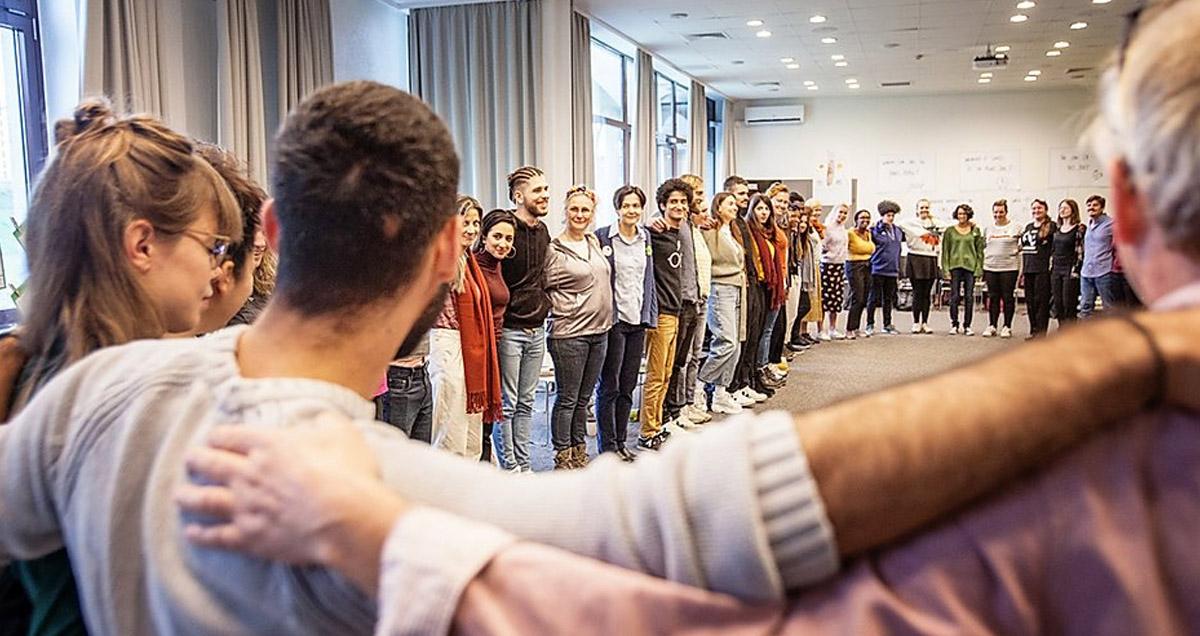Foto alle Teilnehmer stehen in einem Kreis